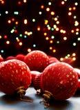 Billes de Noël sur les lumières de fond. Photo libre de droits