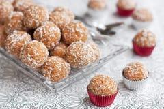 Billes de noix de coco et de biscuits Photographie stock