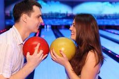 Billes de prise d'homme et de femme dans le bowling Images libres de droits