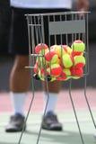 Billes de tennis dans un panier Photographie stock