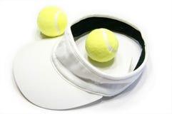 Billes de tennis et capuchon de pare-soleil image libre de droits