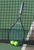 Billes de tennis/raquette au réseau Images libres de droits