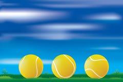 Billes de tennis sur l'herbe Image stock