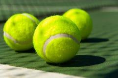 Billes de tennis sur la cour images stock