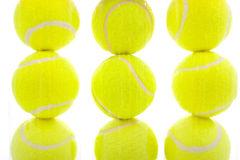 Billes de tennis sur le blanc images stock