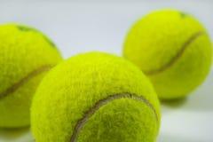 Billes de tennis sur le gris Photos libres de droits