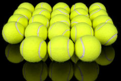 Billes de tennis sur le noir Photo libre de droits