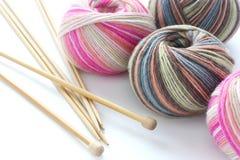 Billes de tricotage de filé de chaussette avec des nouilles Photo libre de droits