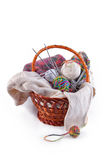 Billes des laines et du tricotage dans le panier Photos libres de droits