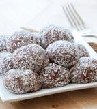 Billes en croûte de chocolat de noix de coco photographie stock