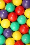 Billes en plastique colorées. photos stock