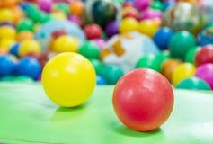Billes en plastique colorées sur le terrain de jeu des enfants Photo libre de droits