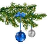 Billes en verre argentées bleues sur l'arbre de Noël Photographie stock