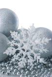 Billes et flocon de neige argentés de Noël Photographie stock libre de droits