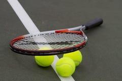 Billes et raquette de tennis Photos libres de droits
