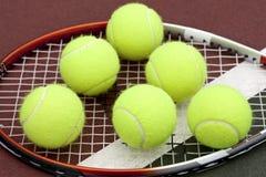 Billes et raquette de tennis Image stock
