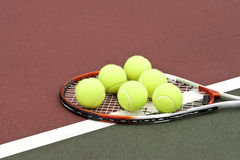 Billes et raquette de tennis Images libres de droits