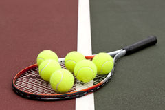 Billes et raquette de tennis Photographie stock