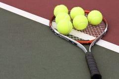 Billes et raquette de tennis Photographie stock libre de droits