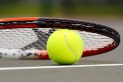 Billes et raquette de tennis Photos stock