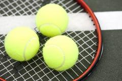 Billes et raquette de tennis Image libre de droits