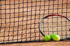 Billes et raquette de tennis. Image libre de droits