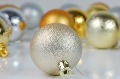 Billes jaunes et argentées de Noël Image libre de droits