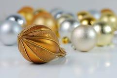 Billes jaunes et argentées de Noël Photographie stock