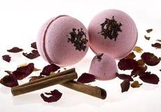 Billes roses de bain avec de la cannelle sur le fond blanc Photographie stock