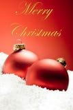 Billes rouges décoratives de Noël sur la neige Photos libres de droits