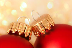 Billes rouges de Noël avec le fond de pétillement Photos libres de droits