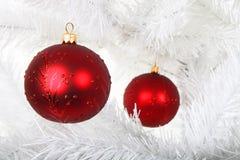 Billes rouges de Noël sur l'arbre de Noël blanc Photo libre de droits