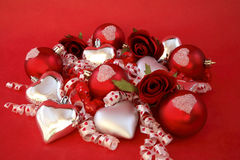 Billes rouges de satin, coeurs argentés avec des roses et ribb Images stock
