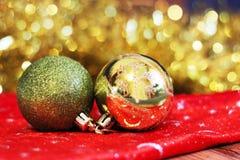 Billes rouges et d'or de Noël Carte de Joyeux Noël Thème de Noël d'hiver Photos libres de droits