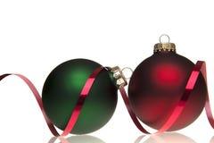 Billes rouges et vertes de Noël avec la bande rouge Image libre de droits
