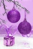 Billes violettes de Noël Images stock
