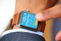 Billet d'avion de achat d'homme d'affaires par une montre intelligente APP Photos libres de droits
