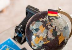 Billet d'avion et drapeau allemand sur le globe photo stock
