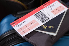 Billet d'avion, passeport et bagage Photographie stock libre de droits