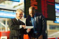 Billet d'hommes d'affaires en voyage photographie stock libre de droits