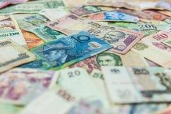 Billet d'un dollar australien devant d'autres billets de banque internationaux photos libres de droits