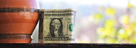 Billet d'un dollar, et tirelire Concept de l'épargne photo libre de droits