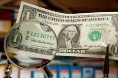 Billet d'un dollar par la loupe Photographie stock libre de droits