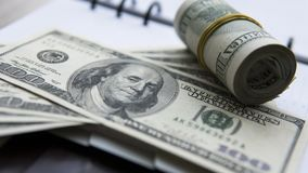 Billet d'un dollar sur un bloc-notes Livre blanc les dollars de fond nous ont isolés blancs Photos stock