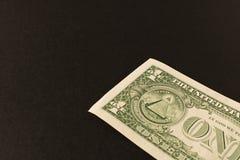 billet d'un dollar 1 sur un fond fonc? Fin vers le haut Le concept de l'argent d'?conomie photo libre de droits