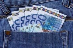Billet de banque de banque de l'euro vingt dans la poche de jeans Union européenne Fond, texture Photographie stock libre de droits