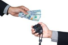 billet de banque des 100 dollars en main d'homme d'affaires et de chronomètre en main Images stock