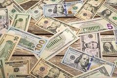 Billet de banque des Etats-Unis sur le fond en bois superficiel par les agents Photographie stock libre de droits