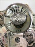 Billet de banque de dollar US, pièce de monnaie de quart de dollar et boule en verre