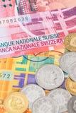 Billet de banque et pièces de monnaie de franc suisse d'argent de la Suisse images libres de droits